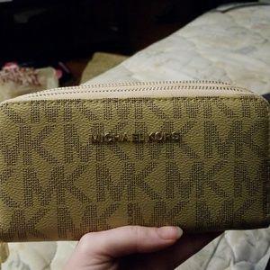 Michael kors puse at wallet